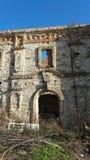 Edifício velho do abandono Fachada dianteira de uma construção abandonada fotografia de stock royalty free
