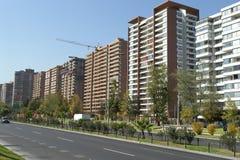 Edifícios ajustados na avenida Fotos de Stock
