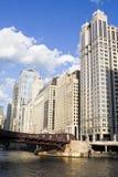 Edifícios ao longo do rio de Chicago fotos de stock