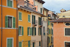 Edifícios coloridos em Verona Fotos de Stock Royalty Free