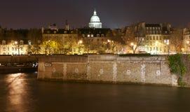 Edifícios da noite no Seine, Paris, France Fotografia de Stock