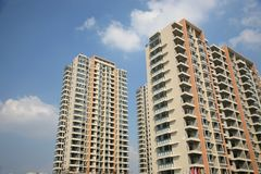 Edifícios de apartamento novos Fotos de Stock Royalty Free