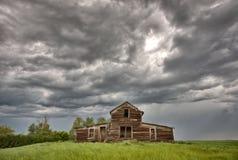 Edifícios de exploração agrícola abandonados Saskatchewan Imagens de Stock Royalty Free