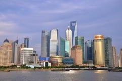 Edifícios do negócio no Plutônio-dong de Shanghai, China Foto de Stock