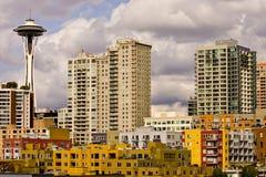 Edifícios e agulha coloridos do espaço fotografia de stock