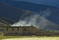 Edifícios em montanhas tibetanas foto de stock