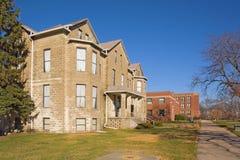 Edifícios em um terreno da faculdade fotos de stock royalty free