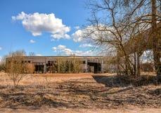Edifícios industriais abandonados Campo Imagem de Stock Royalty Free