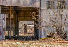 Edifícios industriais abandonados Campo Fotos de Stock Royalty Free