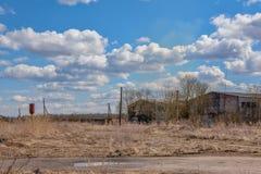 Edifícios industriais abandonados Campo Imagens de Stock Royalty Free