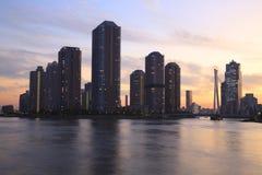 Edifícios modernos de Tokyo no crepúsculo foto de stock