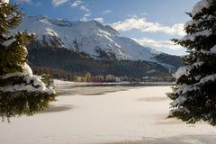Edifícios modernos entre uma paisagem nevado Fotos de Stock Royalty Free