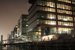Edifícios modernos na noite Fotografia de Stock Royalty Free