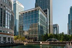 Edifícios modernos no cais amarelo fotos de stock royalty free