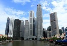 Edifícios modernos no lado do rio de singapore Imagem de Stock Royalty Free