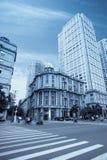 Edifícios modernos no meio de um edifício velho Fotografia de Stock Royalty Free