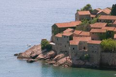Edifícios na costa de Montenegro imagens de stock royalty free