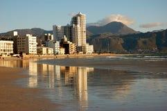 Edifícios na costa do oceano. Imagem de Stock