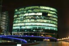 Edifícios na noite Fotografia de Stock Royalty Free