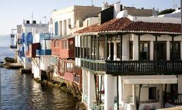 Edifícios no santorini da água mim Foto de Stock