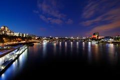 Edifícios pelo rio Tamisa, Imagem de Stock Royalty Free