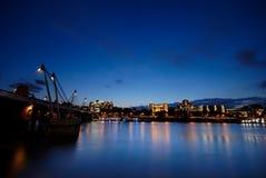 Edifícios pelo rio Tamisa, Imagens de Stock Royalty Free