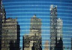 Edifícios refletidos Fotos de Stock Royalty Free