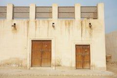 Edifícios vazios na cidade do deserto do Al Wakrah imagens de stock