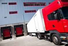 Edifício da logística do caminhão Fotografia de Stock