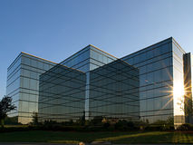 Edifício espelhado no por do sol Fotos de Stock