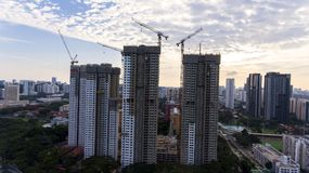 Edifici alti che sono costruiti nella città Fotografie Stock