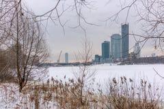 Edifici di Highl sulla riva dello stagno nell'inverno immagini stock libere da diritti