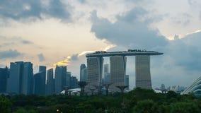 Edifici di Marina Bay Modern nella città con le nuvole, lasso di tempo di Singapore stock footage