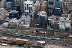 Edifici di Melbourne e treni della ferrovia da sopra Immagini Stock Libere da Diritti