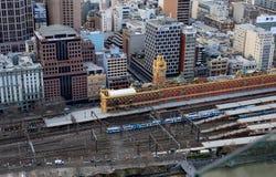 Edifici di Melbourne e treni della ferrovia da sopra Fotografia Stock Libera da Diritti