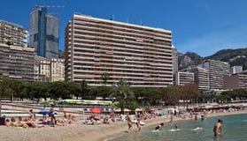 Edifici di Monte Carlo - del Monaco dalla spiaggia della città Fotografia Stock Libera da Diritti