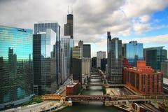 Edifici e fiume del Chicago Immagine Stock Libera da Diritti