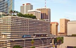 Edifici e trasporto pubblico di Miami fotografie stock libere da diritti