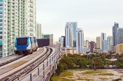 Edifici e trasporto pubblico di Miami fotografie stock