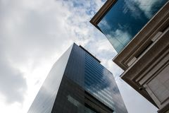 Edifici per uffici con le nuvole nei precedenti Immagini Stock Libere da Diritti