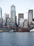 Edifici per uffici dell'orizzonte della città al crepuscolo sulla baia Fotografia Stock