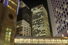 Edifici per uffici di Hong Kong entro la notte immagini stock