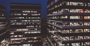 Edifici per uffici di società alla notte fotografia stock