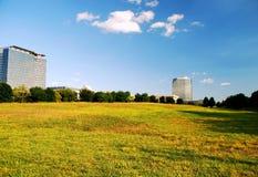 Edifici per uffici e campo aperto Immagine Stock Libera da Diritti