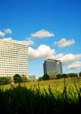 Edifici per uffici e campo aperto Fotografia Stock Libera da Diritti