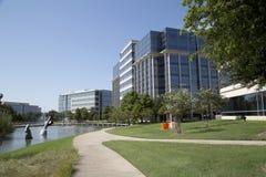 Edifici per uffici e paesaggi moderni in Hall Park fotografie stock libere da diritti
