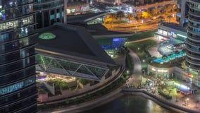 Edifici per uffici e residenziali nel timelapse di notte del distretto delle torri del lago Jumeirah nel Dubai video d archivio