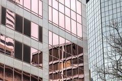 Edifici per uffici e riflessioni fotografia stock libera da diritti