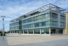 Edifici per uffici generici moderni della città immagini stock libere da diritti
