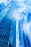 Edifici per uffici moderni Angolo basso sparato di skyscrap di vetro moderno Immagine Stock